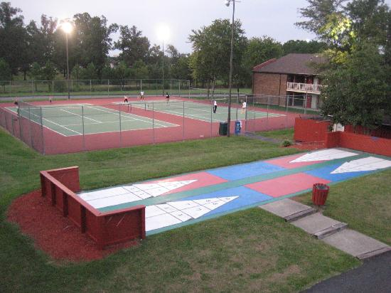 Centerstone Inn: Tennis Court and Shuffle Board