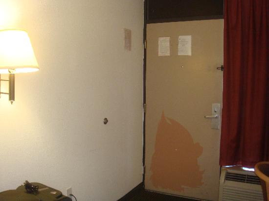 Quality Inn Elkton - St. Augustine South: Paint missing from the door