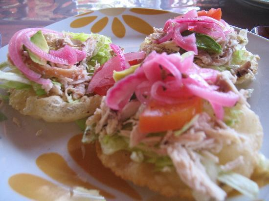 The Pickled Onion B&B & Restaurant Uxmal: The Salbutes we ordered