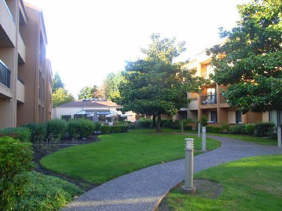 Courtyard Portland Beaverton: Center garden