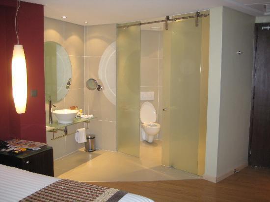 Tribe Hotel: Bathroom
