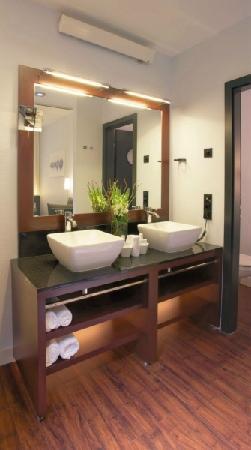 Hotel Concorde: Concorde Hotel Frankfurt - junior suite bath