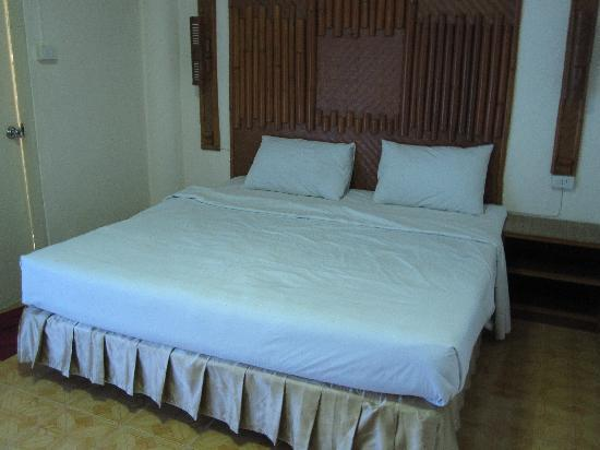 Phi Phi Inn: The double bed