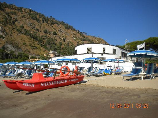 Staletti, Italy: l'albergo visto dalla spiaggia