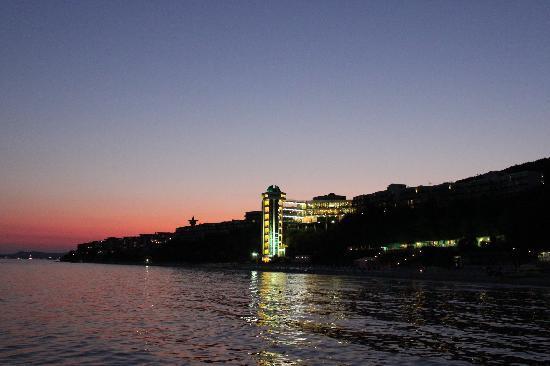 Paradise Beach: hotel by night