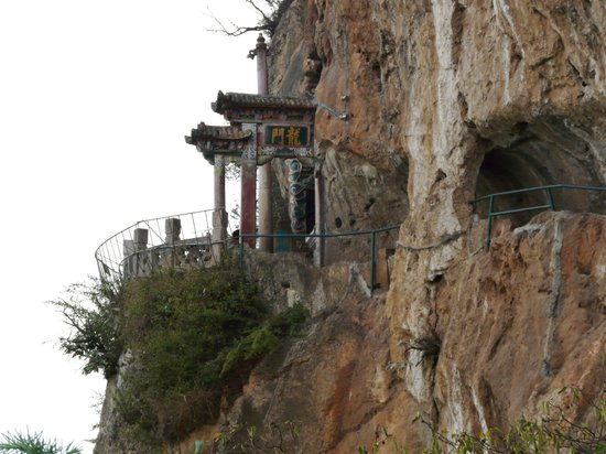 Kunming, Kiina: Dragon Gate on a Cliff