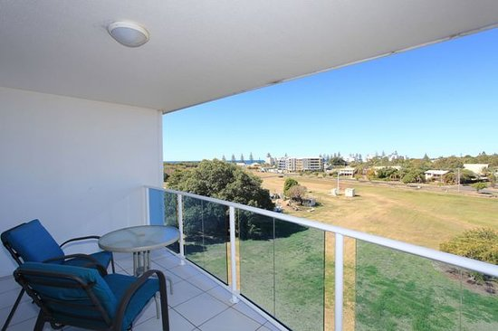 Koola Beach Apartments Bargara: Balconies all overlook parkland