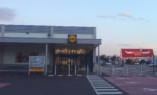 B&B Hôtel Colmar Vignobles Ouest: Supermarket and restaurant near the hotel