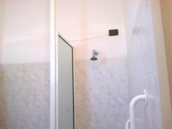 Park Hotel & Terme Romantica: il bagno con doccia a muro
