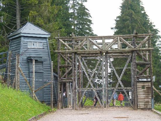 Hostellerie St Florent : Porte d'entrée du camp