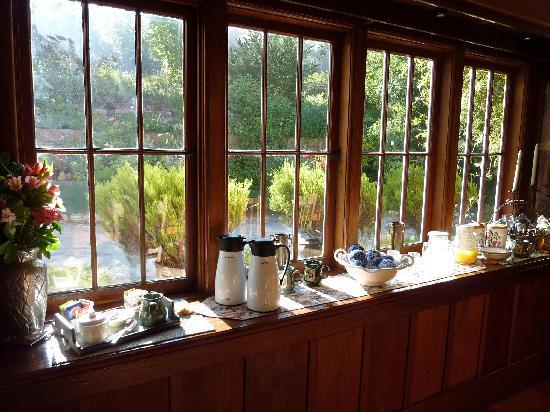 Sand Rock Farm Bed and Breakfast: Sunny breakfast room