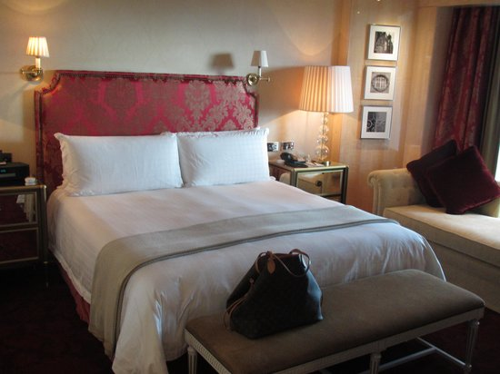 Four Seasons Hotel London at Park Lane: Our beautiful room-the COMFIEST bed!!!