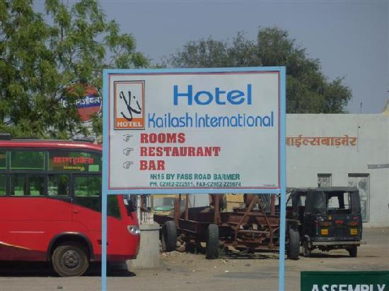 Hotel Kailash International: Signage down road