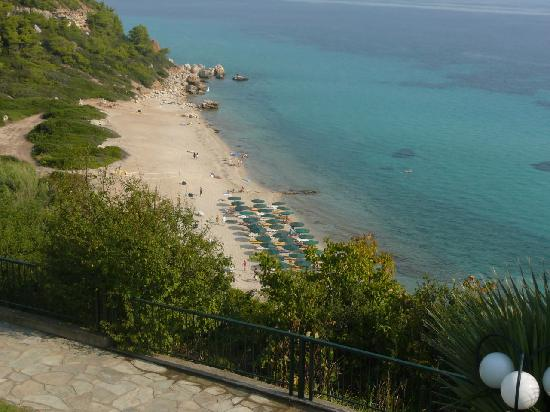 Afitos, Grecja: The beach in front of the hotel