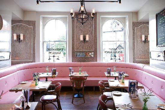 Bistrot Pierre: Pink banquette pod