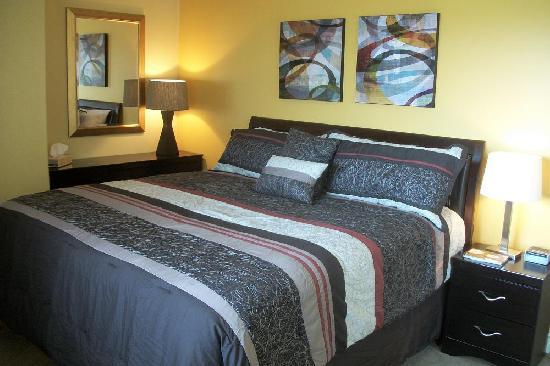 Inn at Camachee Harbor: King bedroom