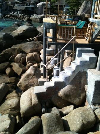 Koh Tao Bamboo Huts: ทางลงเล่นน้ำมีทุกหลัง