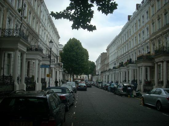 Lord Kensington Hotel: l'aspetto della Trebovir Rd. in cui è situato l'hotel