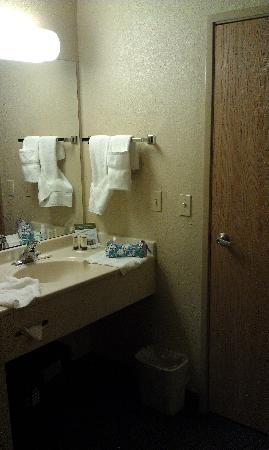 AmericInn Lodge & Suites Griswold: Separated sink from bathtub.
