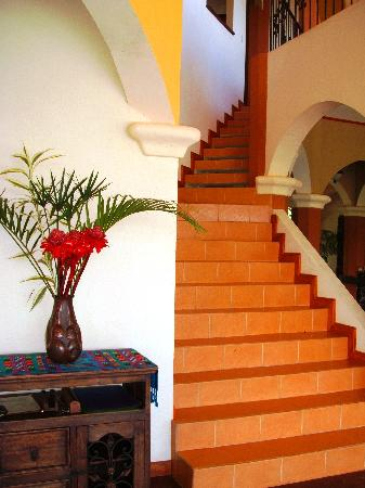 Villa Los Aires/Las Aguas Lodge: Fresh exotic bouquet by the gorgeous staircase