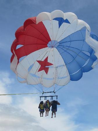 Royal Decameron Beach Resort, Golf & Casino : parasailing