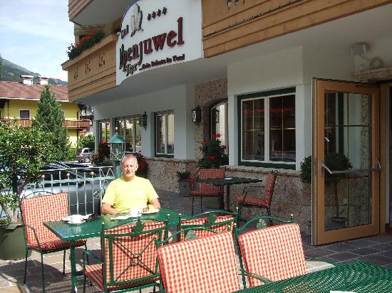 Hotel Alpenjuwel Jager: Enjoying hikers snack