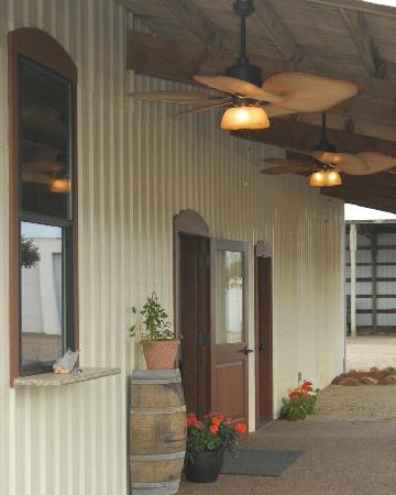 Cubanisimo Vineyards: Covered patio entrance