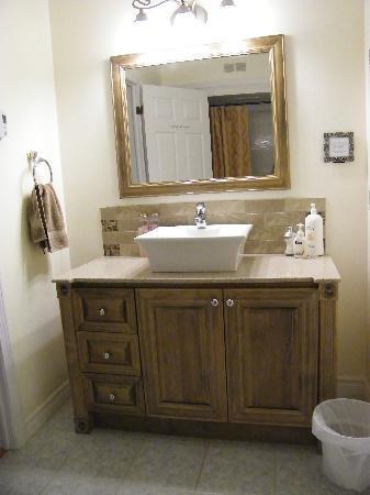 Coverdale Bed & Breakfast: Meadow bathroom