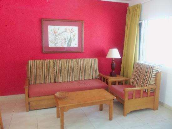 Apartments Parque Tropical : lounge/dining area (settee is a bed with pull out bed underneath)