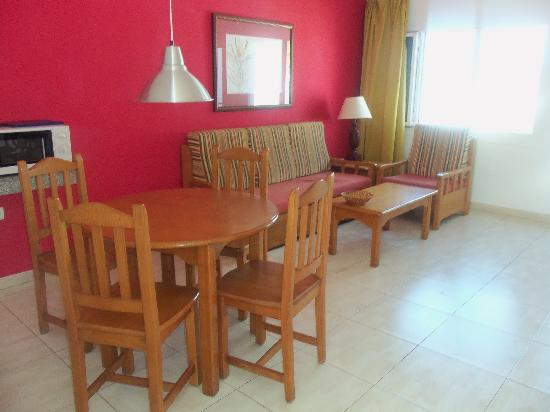Apartments Parque Tropical: lounge/dining area