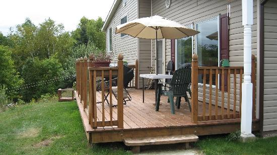 Wildwood Bed & Breakfast: backyard deck