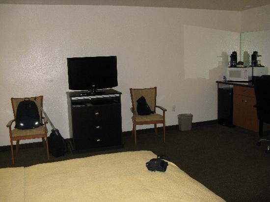 Quality Inn & Suites Denver International Airport: TV on side wall