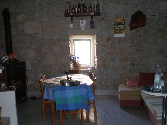 Kamena Lodge: Indoor dining/lounge area