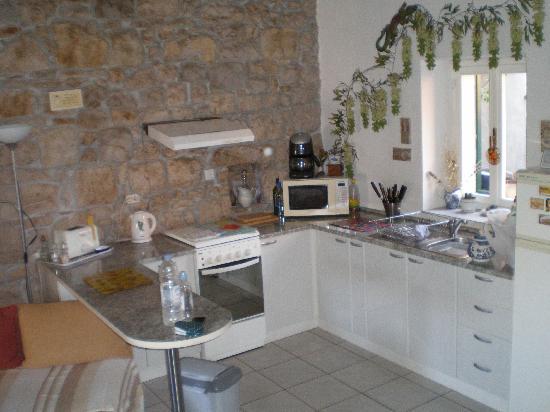 Kamena Lodge: Kitchen (open plan with lounge)