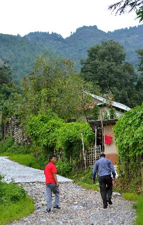 Shivapuri Heights Cottages: Walk Uphill to Shivapuri Cottage