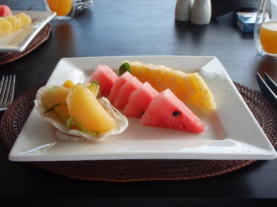 Tadrai Island Resort: Fresh Fruit for Breakfast