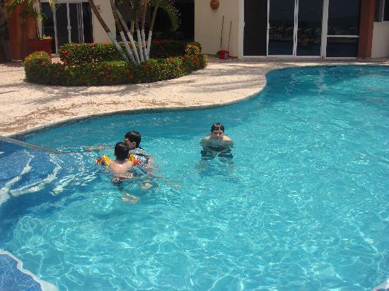 Suites Atlas: mis nietecitos nadando alegremente en la alberca de las Suites