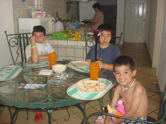 Suites Atlas: Mis nietos, degustando su desayuno en el comedor de la suite.
