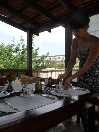 Bakhchisaray, Ucraina: Bahitgul Kachka serving coffee