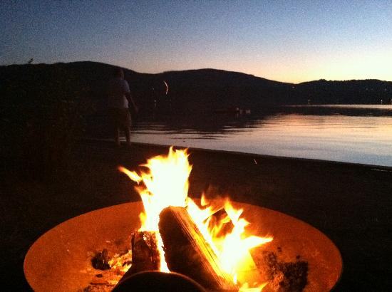 Sunset Marine Resort: Peaceful campfires!