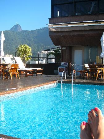 PortoBay Rio Internacional Hotel: Rooftop pool with Cristo Redentor view.