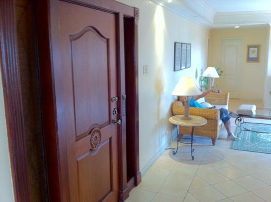 Sophia Suites Residence Hotel: The door