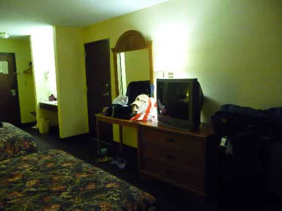 Motel 6 Hannibal: Pictures of the room.
