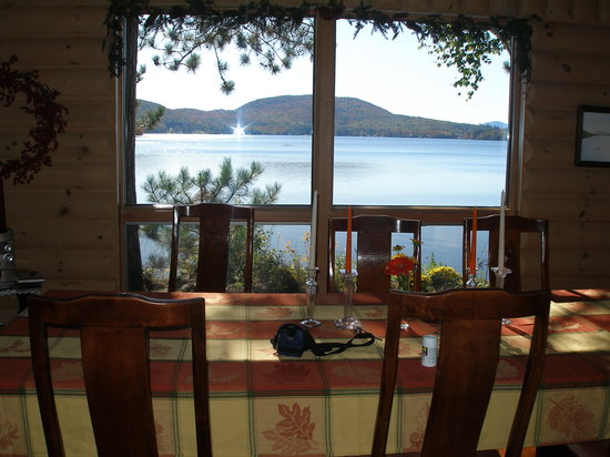 Red Pines Bed & Breakfast: Breakfast overlooking Lake Pleasant