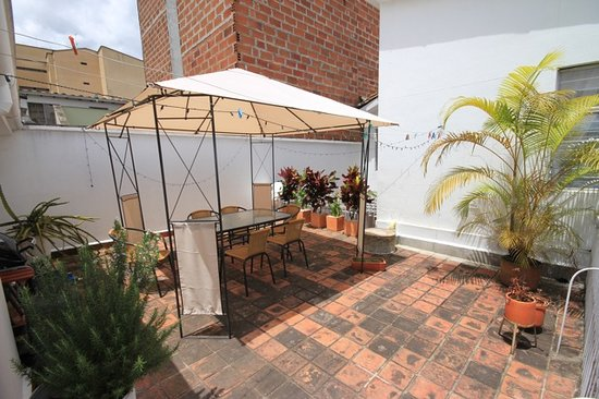Su Casa Colombia: View 1 of the Sundeck and communal propane BBQ grill.