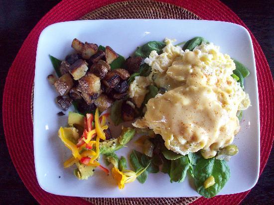 Holualoa Inn: Eggs Benedict Brian Style - YUMMY!!