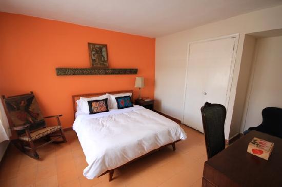Su Casa Colombia: Room #3 w/ Comfortable Queen Bed & Shared Bathroom