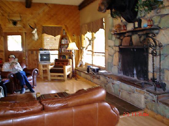 Boulder Lake Lodge: Lounging area & fireplace.