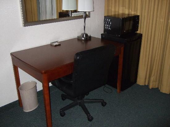 Hilton Cincinnati Airport: Work Area with Mini Fridge and microwave