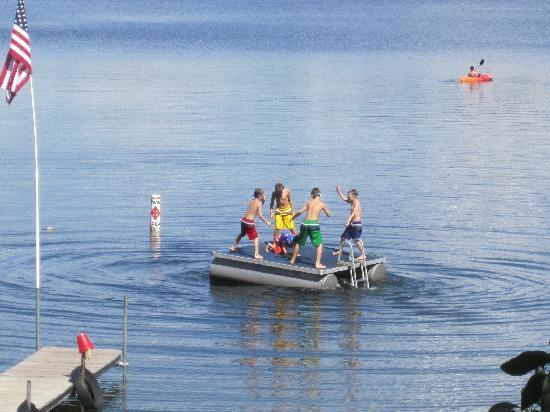 Oak Cove Resort: Hours of fun at the lake.